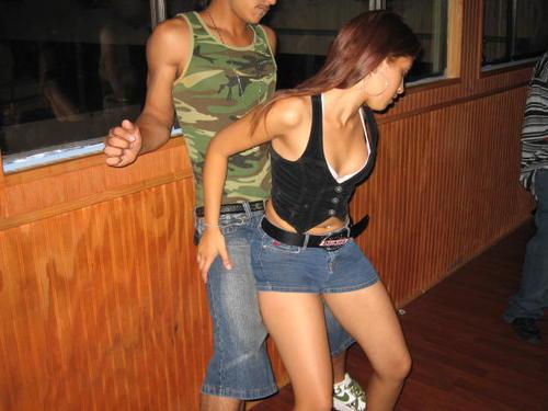 chicas bailando reggaeton sin ropa. con poca ropa y considerar